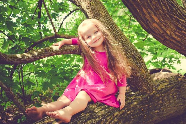 dívka na stromě