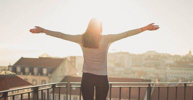 šťastná žena na balkoně