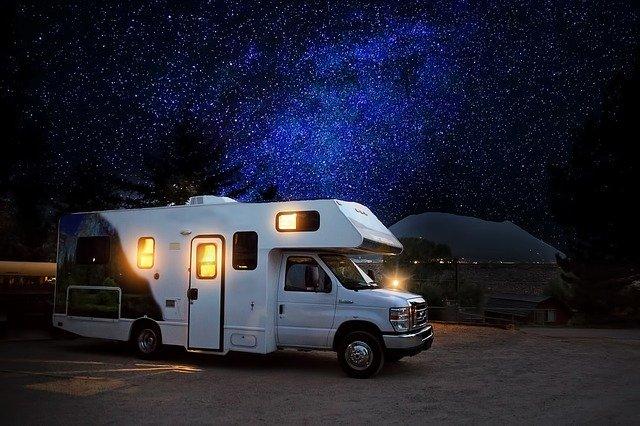 klasický karavan pod hvězdami