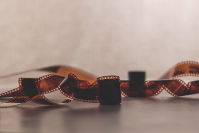 film, páska, rozmotaná a kousek klubíčka