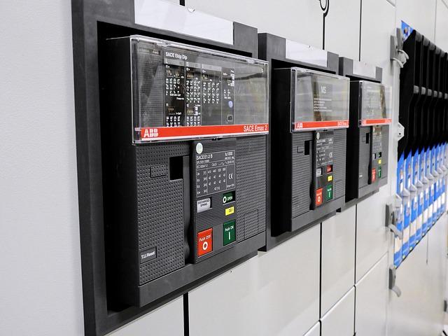 elektrická rozvodná skříň s vypínači