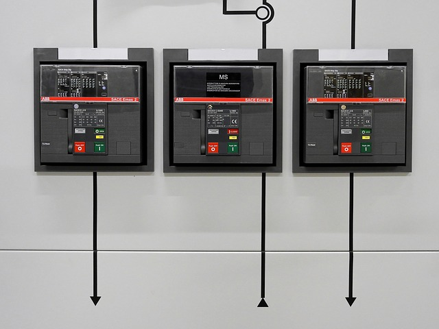 přímý pohled na elektrické rozvodné skříně s vypínači
